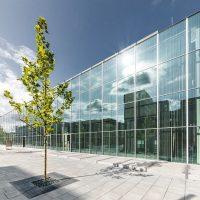 Aussenansicht Glasfassade Vorderseite mit Bäumen des Bauhaus Museum Dessau am 16. August 2019 in Dessau-Rosslau, Saxony Anhalt, Germany