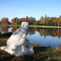Wörlitz Muschelsucherin am See im Herbst-links